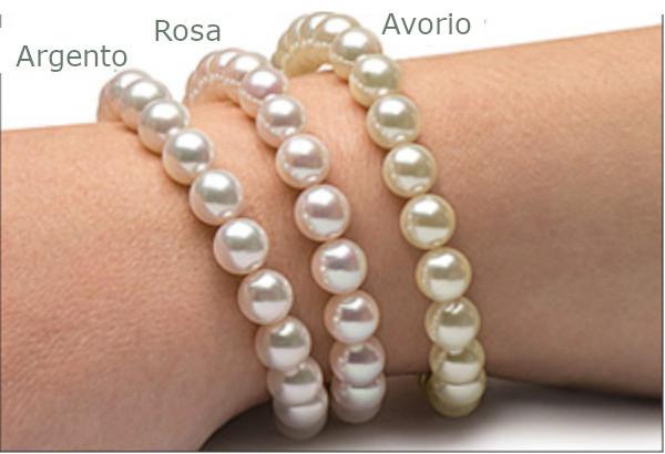 Orienti delle perle Akoya sulla pelle