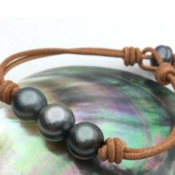 Braccialetto in cuoio con 3+1 perle di Tahiti 11-12 mm AA