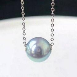 Perla Akoya blu 8-9 mm AAA con cerchi in oro bianco 18k su una catenina oro 18k 45 cm