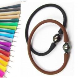 Braccialetto in silicone di colore a scelta con perla nera di Tahiti Barocca cerchiata